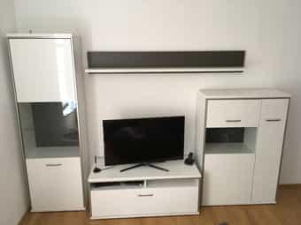 Neuwertige Wohnwand in weiß Hochglanz