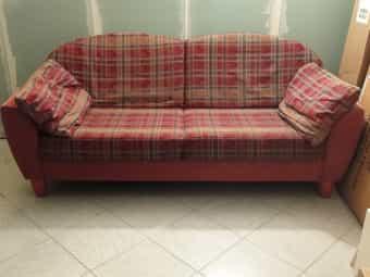 Schönes stabiles Sofa mit Gebrauchsspuren