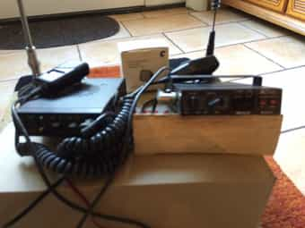 Zwei CB-Funkgeräte mit Zubehör