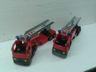 2 Lego-Duplo Feuerwehr-Leiterwagen mit Blinklicht
